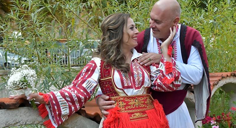 Асен и Катя в народни носии