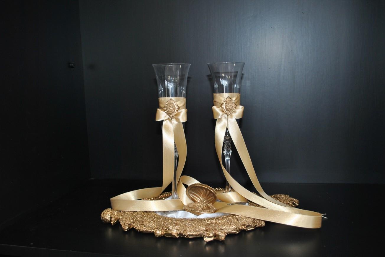 Чаши за шампанско и кутийка за халки